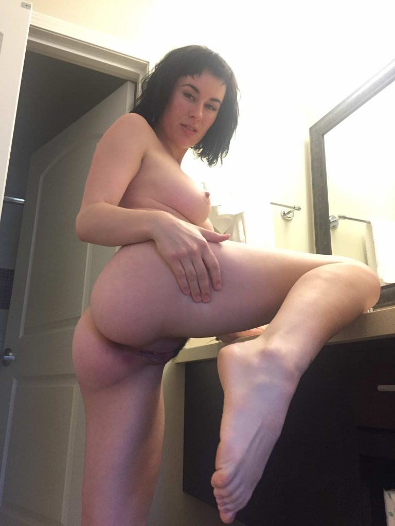 Amber Hayes Desnuda all natural big boobs brunette mainstream model olive glass nude